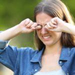 戴隱形眼鏡總是眼睛乾澀又疲勞?乾眼症的11大症狀與成因介紹
